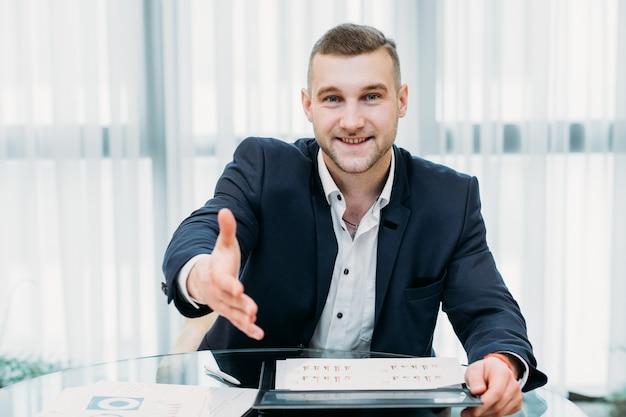 Het inhuren van een baan. recruiter of baas die een hand uitstak