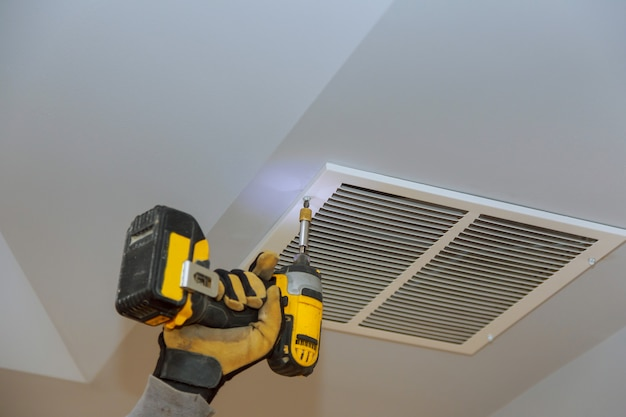 Het installatieproces van het plafond van de montagehuid bedekt door een ventilatiedeksel