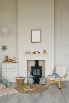 Het interieur is in scandinavische stijl met een open haard, een nis in de muur. kinderzitje en ladekast in de woonkamer