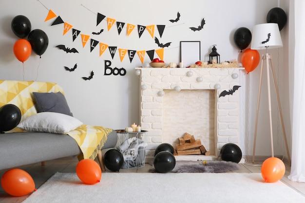 Het interieur van de kamer is ingericht voor de feestdag van halloween