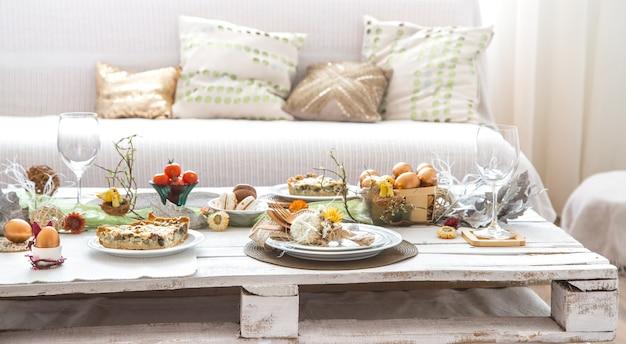 Het interieur van de kamer met een feestelijke paastafel