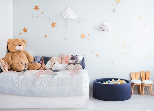 Het interieur van de kinderkamer in blauwe tinten. kinderspeelgoed en kamerinrichting voor kinderen.