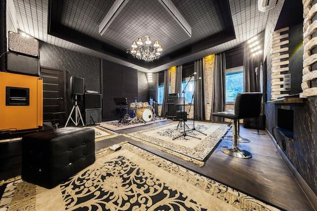 Het interieur van de professionele opnamestudio met muziekinstrumenten