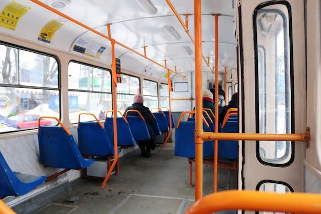 Het interieur van de stadsbus