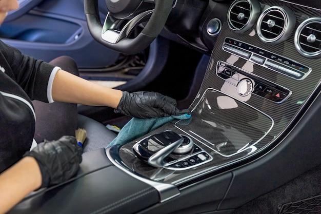 Het interieur van een luxe auto schoonmaken met behulp van chemie met nanotechnologie