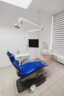 Het interieur van een tandartspraktijk en speciale apparatuur