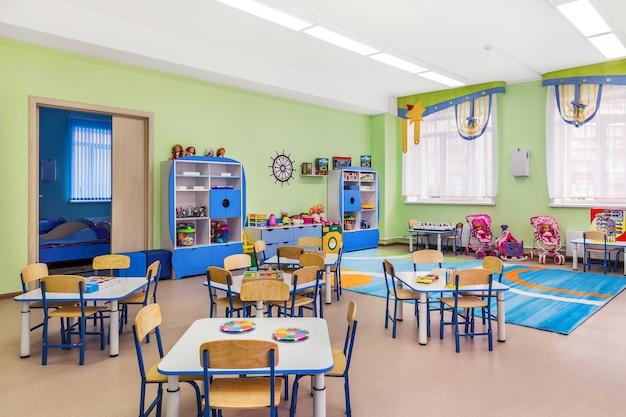 Het interieur van gezellige blauwe kamer voor lessen en spelletjes in de kleuterschool.