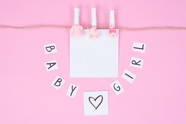 Het is een meisje! foto van thematische achtergrond met meisjesachtige zachte accessoires geïsoleerd op een witte achtergrond