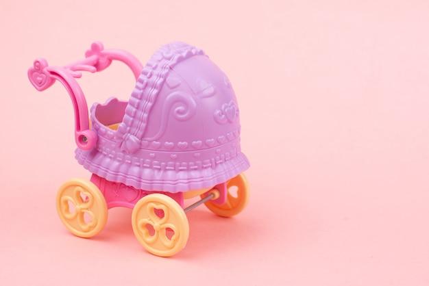 Het is een roze meisjeskaart. pasgeboren oppervlak. baby shower uitnodiging. baby aankondiging. fondant babyaccessoires. tekstruimte.