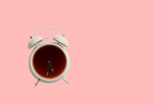Het is koffietijd, warme drank in de vintage klok geïsoleerd op pastelkleurige achtergrond, creatief idee