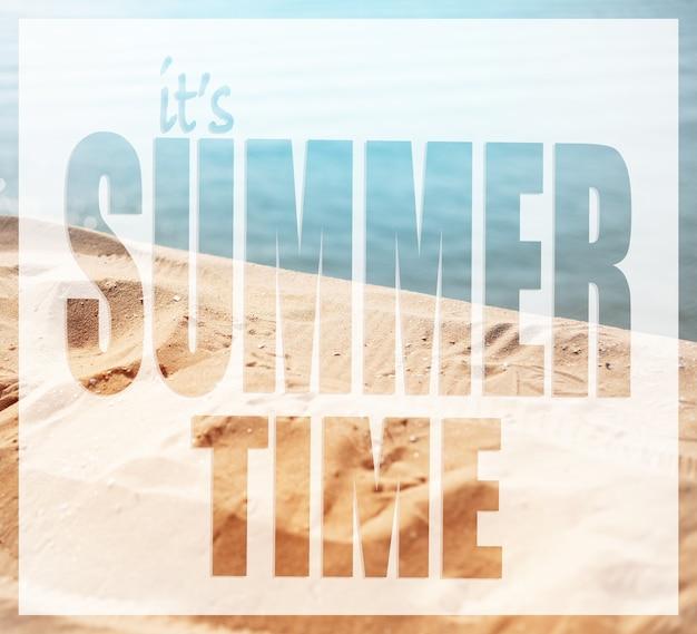 Het is zomertijd, tekst op de achtergrond van zee strand.