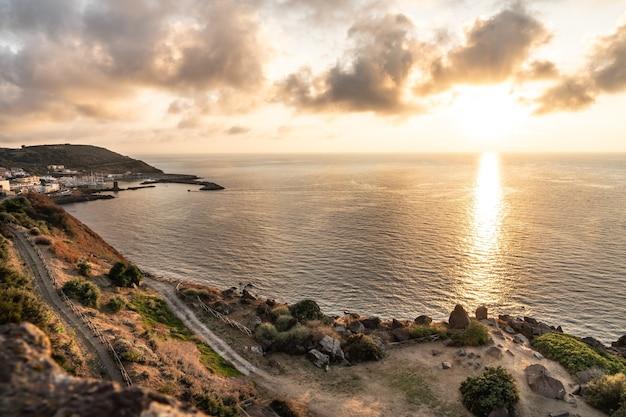 Het italiaanse eiland sardinië in de middellandse zee bij zonsondergang.
