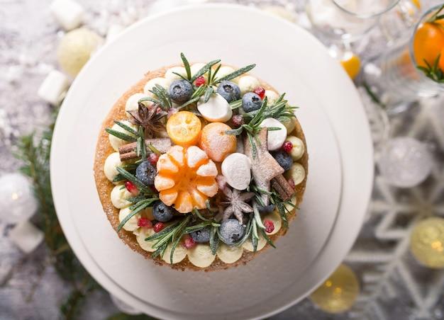 Het jaar van de stier kerstmis of nieuwjaar versierde cake met roomkaas