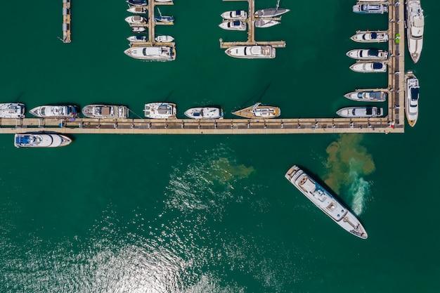 Het jachtpijler van phuket op het groene overzees thailand