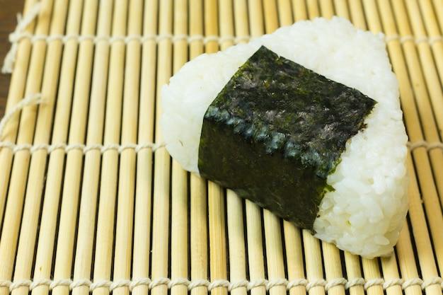Het japanse eten onigiri