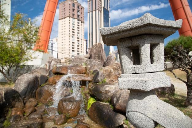 Het japanse monument heeft twee kolommen die de fundamenten vertegenwoordigen die de lucht ondersteunen