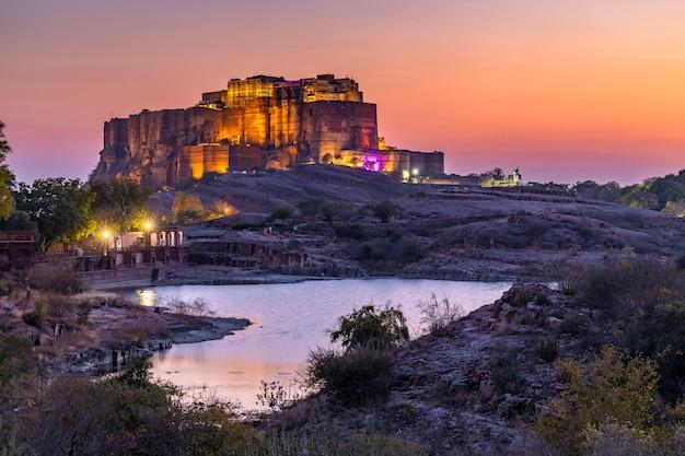 Het jaswant thada en mehrangarh fort op de achtergrond bij zonsondergang, de jaswant thada is een cenotaaf in jodhpur, het werd gebruikt voor de crematie van de koninklijke familie marwar, jodhpur. rajasthan, india