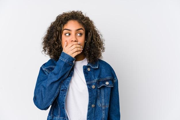 Het jonge afrikaanse amerikaanse vrouw nadenkende kijken aan een exemplaarruimte die mond behandelen met hand.