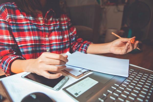 Het jonge aziatische bedrijfsvrouwenwerk van huis - sociaal afstandsconcept
