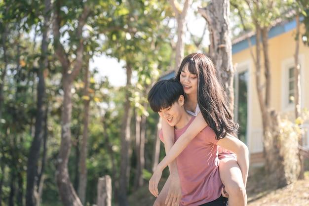 Het jonge aziatische concept van de het paarliefde van vrouwenlhbtq lesbische romantische paar.