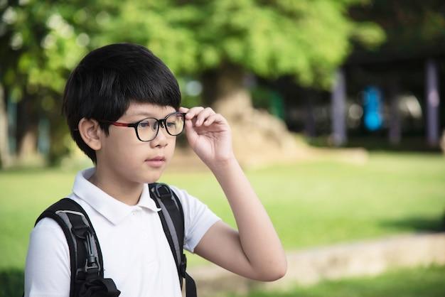 Het jonge aziatische de jongen van thailand gelukkige gaan naar school