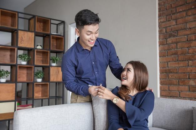 Het jonge aziatische gelukkige paar stelt voor