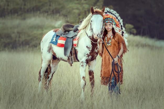 Het jonge aziatische meisje van de schoonheid met maakt omhoog als inheemse amerikaanse vrouw