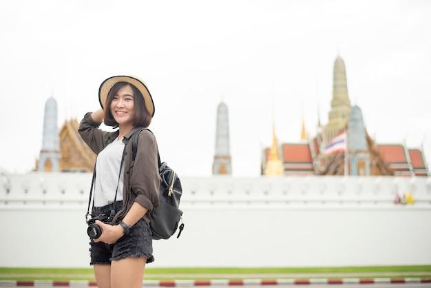 Het jonge aziatische reismeisje geniet van met mooie plaats in bangkok, thailand