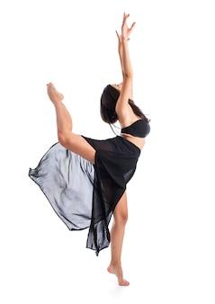 Het jonge balletdanser stellen over witte achtergrond