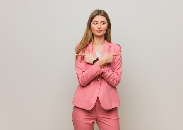 Het jonge bedrijfs russische meisje beslist tussen twee opties