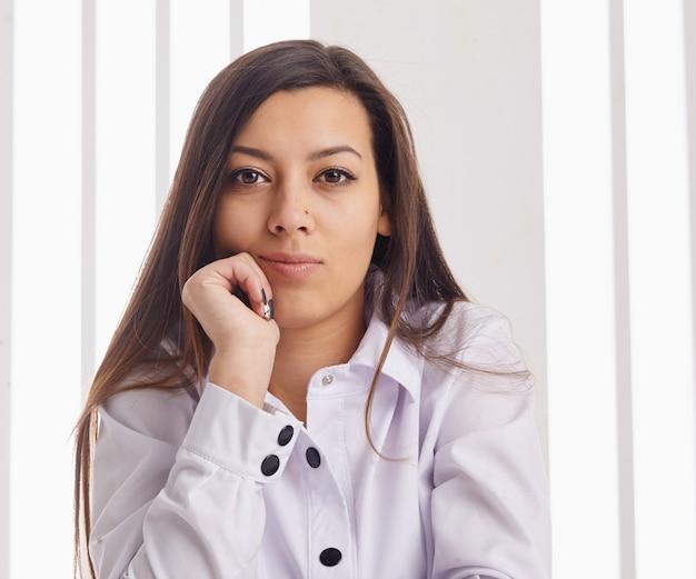 Het jonge bedrijfsvrouw stellen over backgroound.