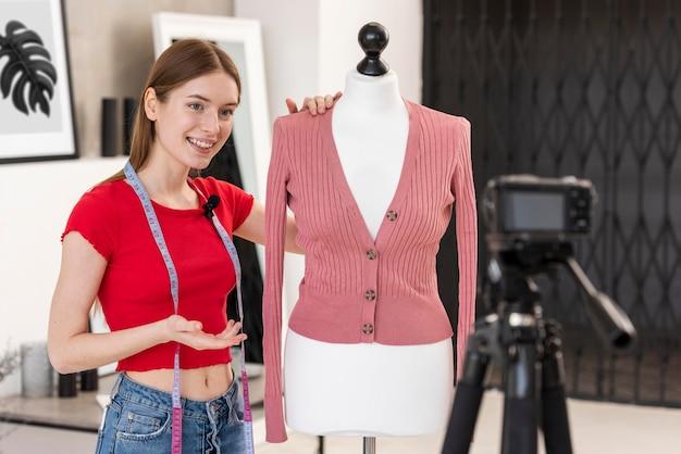 Het jonge blogger stellen met model thuis