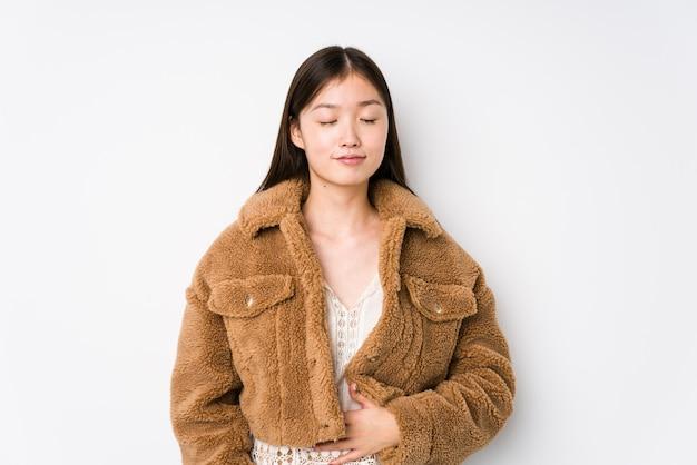 Het jonge chinese vrouw stellen in wit