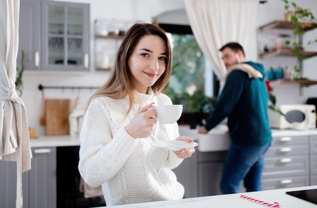 Het jonge echtpaar drinkt koffie in de keuken