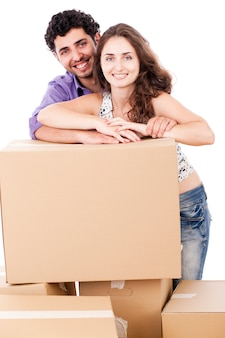 Het jonge en gelukkige paar draagt dozen
