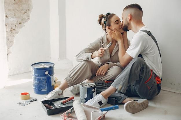 Het jonge en schattige paar repareert de kamer