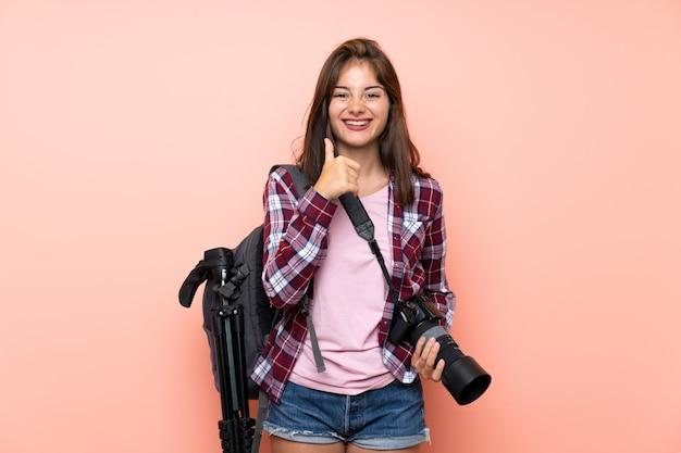 Het jonge fotograafmeisje geven duimen op gebaar