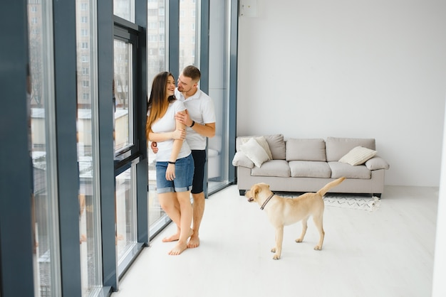 Het jonge gelukkige paar verhuist naar een nieuw huis