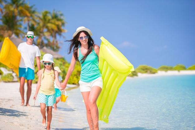 Het jonge gezin op vakantie heeft veel plezier samen