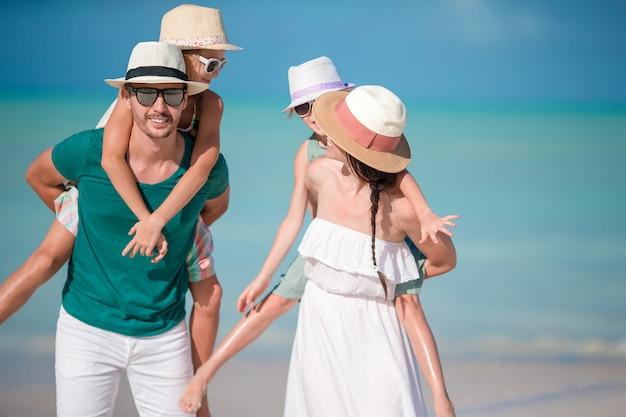 Het jonge gezin op vakantie heeft veel plezier