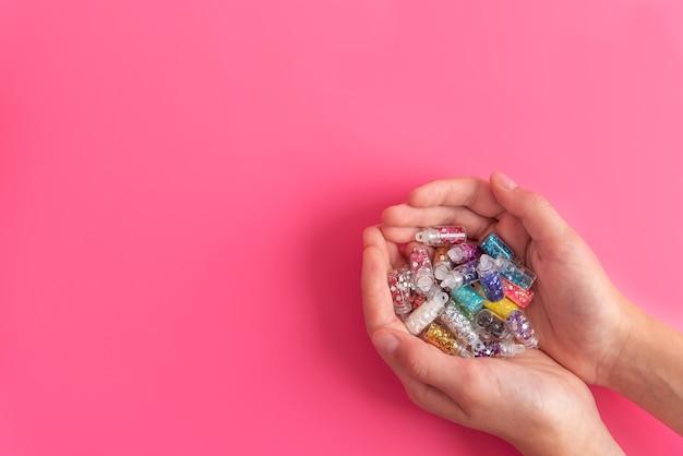 Het jonge handvol van de vrouwenholding met talrijke kleine plastic flessen
