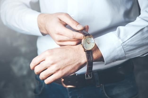 Het jonge horloge van de bedrijfsmensenhand