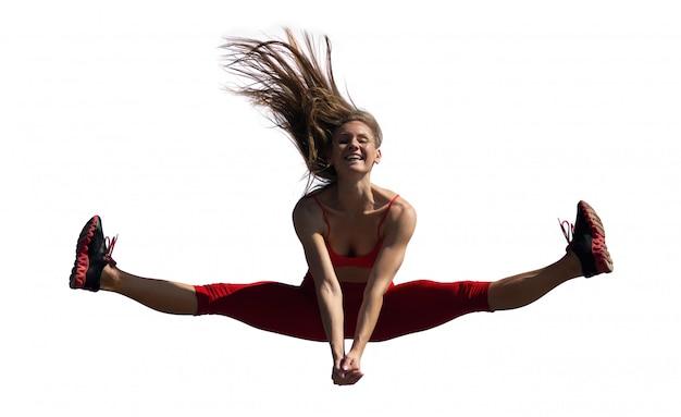 Het jonge kaukasische meisje voert streng uit springend op hemel.