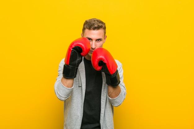 Het jonge kaukasische mens dragen bokshandschoenen