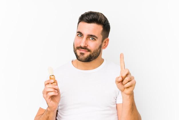 Het jonge kaukasische mens onlangs scheren geïsoleerd tonend nummer één met vinger.