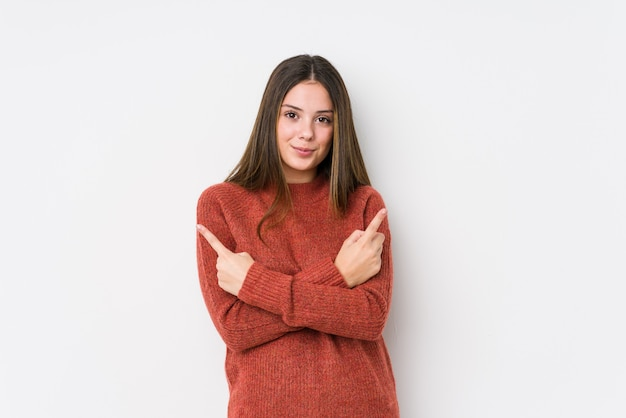 Het jonge kaukasische vrouw geïsoleerd stellen