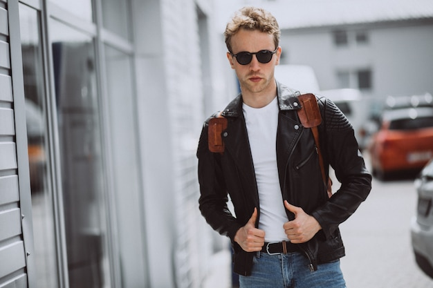 Het jonge knappe man model stellen in de straat
