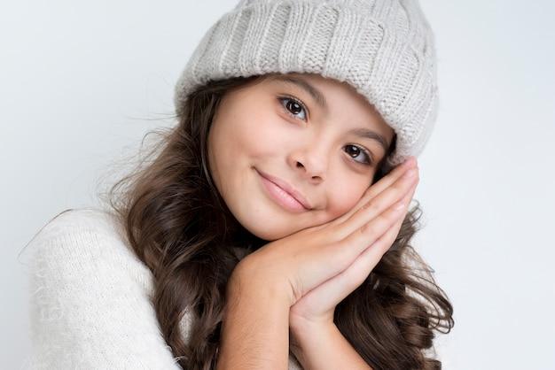 Het jonge meisje dat van de close-up de winterkleren draagt