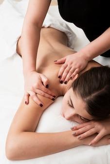Het jonge meisje dat van de close-up een massage krijgt