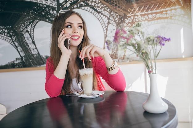 Het jonge meisje glimlachen praten over de telefoon